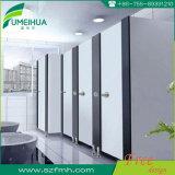 Dimensões modernas decorativas impermeáveis do compartimento do toalete com acessórios