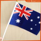 Hand, die Minispanien-Staatsflagge wellenartig bewegt