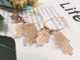 L'oro d'imitazione dei monili del metallo d'avanguardia del cerchio passa l'orecchino del cerchio di figura per la signora