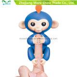 El plástico interactivo electrónico del mono del bebé de los pececillos de Wowwee juega el animal doméstico de la robusteza