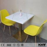 Белый твердой поверхности площади в ресторане дека стола