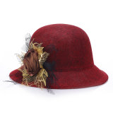 綿の服のフロッピー帽子の女性麦わら帽子