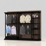 L'abitudine mette in mostra la mensola di visualizzazione dei vestiti per il negozio