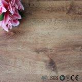 Facile d'installer le plancher en bois auto-adhésif de vinyle