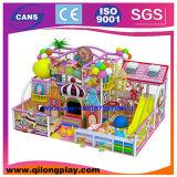 Strumentazione dell'interno molle del campo da giuoco affinchè bambini giochino i giochi ai banchi
