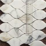 Le mattonelle di mosaico lussuose del marmo dell'oro di Calacatta di disegno del foglio per la decorazione domestica