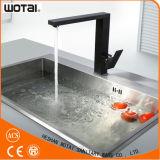 Singolo rubinetto della cucina della parte girevole della leva di colore nero quadrato