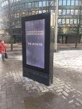 Einkaufszentrum, das Touch Screen LCD-Bildschirmanzeige-Totem-Kiosk bekanntmacht