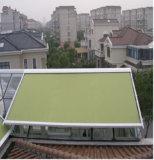 خارجيّ يجهّز سقف مظلة