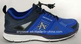 La ginnastica di donne delle signore mette in mostra le calzature ambulanti di tennis dei pattini correnti (044)