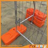 I piedi di plastica arancioni hanno saldato la rete fissa provvisoria