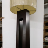 Grande lampada di pavimento di legno nera antica per il progetto dell'hotel