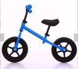 バイクの赤ん坊の歩くバランスのバイクを実行している子供