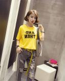 女性のTシャツの不足分の袖