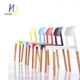 Venta caliente asiento de plástico de polipropileno de color diseño de las piernas de madera Silla de Comedor