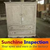 Controllo di legno di qualità della mobilia prima della spedizione