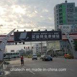 De grands travaux de construction du pont de la publicité de plein air monté sur le triangle d'aluminium Prisma mobile