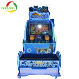 状況の硬貨によって作動させるアーケード・ゲーム機械を撃っている娯楽ビデオゲームの子供