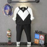 長い袖のスーツのTシャツを妨げる黒く及び白いカラー