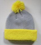 上の球が付いている100%のアクリルの冬の袖口の帽子によって編まれる帽子