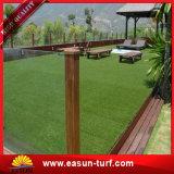 Verde de mirada natural al aire libre que ajardina la alfombra artificial de la hierba
