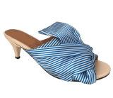 여자의 합성 가죽 우는 소리는 낮은 발뒤꿈치 펌프 샌들 단화를 발끝으로 밟는다