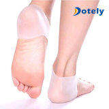 Le talon de gel de silicones cogne le protecteur d'hydratation de soins de la peau de pied criqué