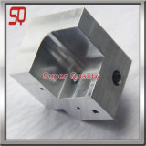Il CNC dell'alluminio i pezzi meccanici vicino dissipa