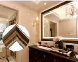 木製の切り分けるフレームが付いている装飾的な壁に取り付けられたLEDの浴室ミラー