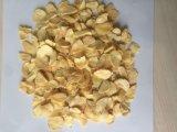新しい穀物の白い水分を取り除かれたニンニクの薄片