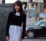 女性のセクシーで短いニットウェアはモヘアのプルオーバーの上に着せる