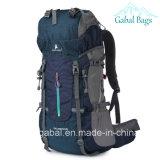 Sport esterni professionali che arrampicano pacchetto di viaggio Trekking che fa un'escursione lo zaino del sacchetto