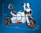 Electri Auto spielt Dreirad mit entfernter Station