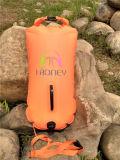 De oranje en Roze het Drijven Veiligheid zwemt de Droge Zak van de Boei voor Open Water