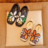 Sapatas ocasionais do plutônio Gilrs inferior macio de couro bordado famoso da decoração da flor das sapatas do chinês