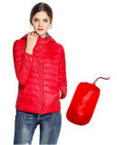 女性の軽く短いパッドを入れられたジャケット、冬のジャケット