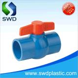 As válvulas de esfera de PVC padrão tis com cor azul