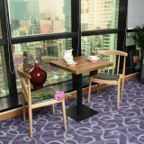 椅子のダイニングテーブルが付いているダイニングテーブルは2脚の椅子をセットした
