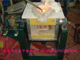Spinta della mano che capovolge il forno di fusione di induzione