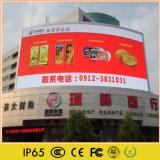 A tela de exibição de anúncios de LED para transmitir anúncios comerciais