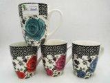 Tazze di ceramica con i fiori