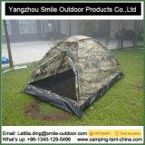 As forças armadas da pessoa do piquenique 3 de acampamento ou 4 camuflam a barraca