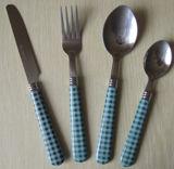 Insieme di plastica delle posate dell'acciaio inossidabile della maniglia con il disegno elegante