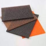 Твердое тело листа поликарбоната выбило после того как оно использовано для конструкционные материал