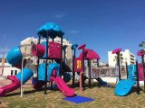 スライドが付いている古典的な様式の子供公園のゲーム