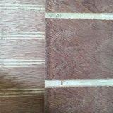 La construcción de madera contrachapada decorativos con ranuras y ranuras