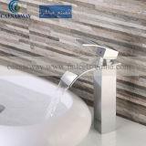 Mélangeur élevé carré de robinet de cascade à écriture ligne par ligne de bassin pour la salle de bains