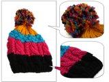 Связанный рукой шлем зимы теплый с конструкцией ананаса