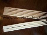Dos palillos de bambú de los colores con la cubierta