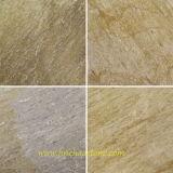 Slate плиткой и доски пола и внутренней отделкой и желтого цвета камня